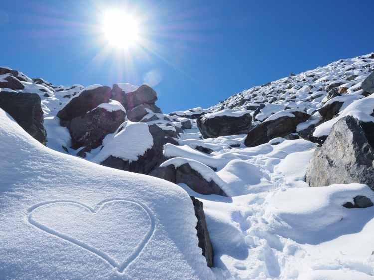 sun-snow-herzchen-stones-218866.jpg